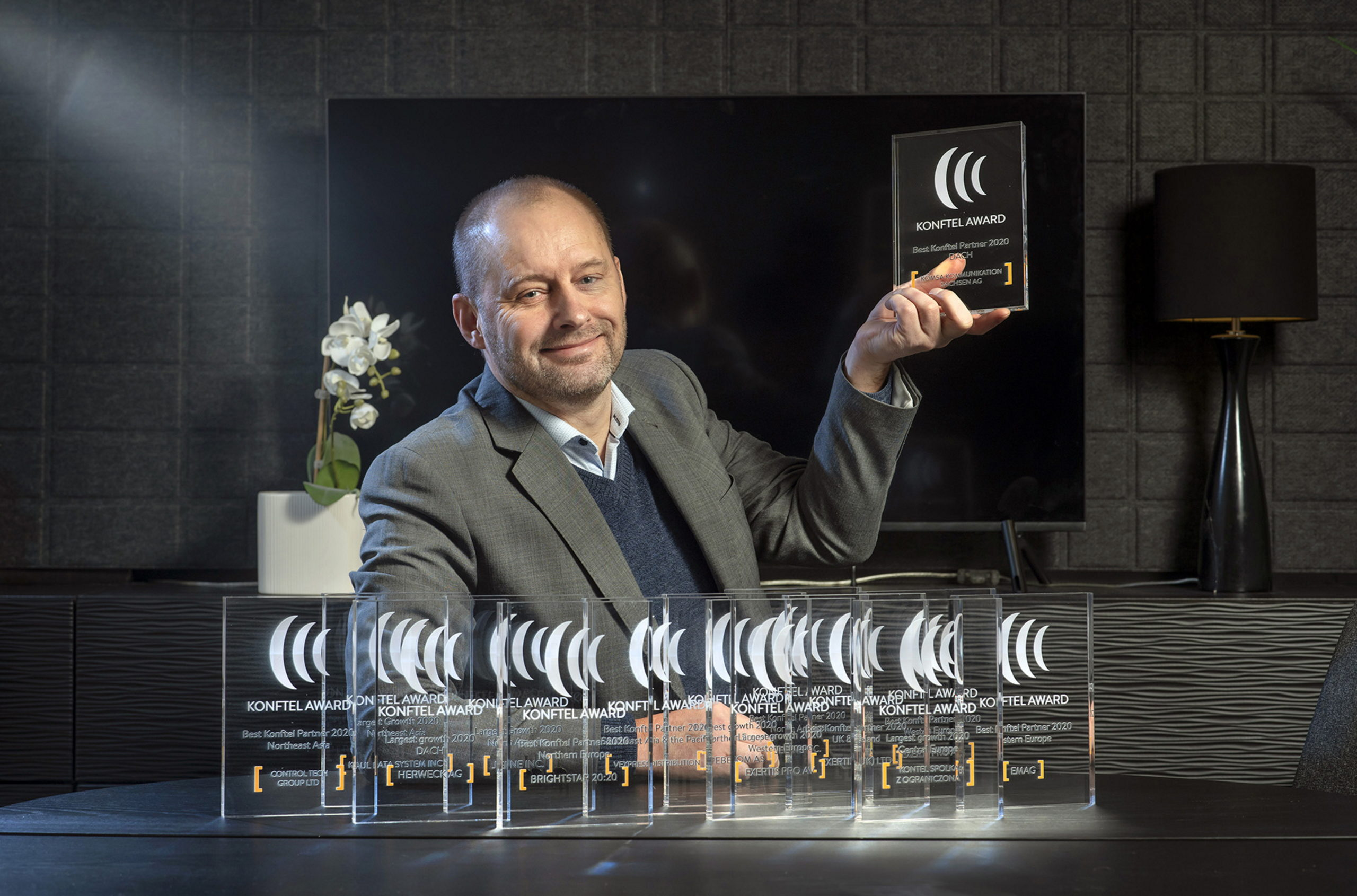 Tommy Edlund, Director of Global Sales at Konftel with the awards