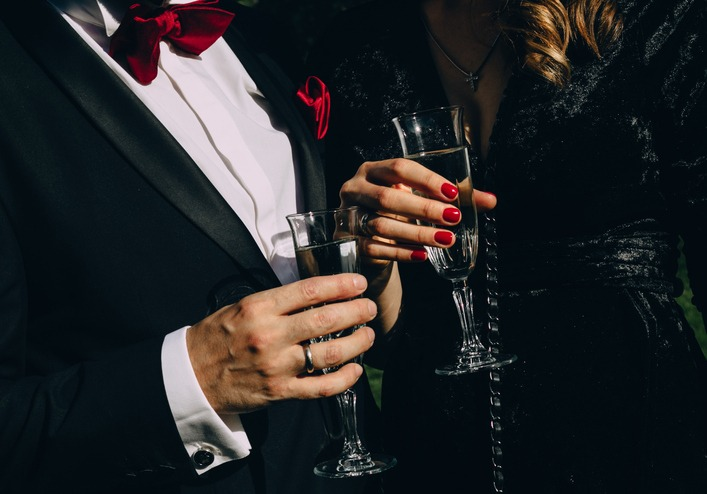 party champagne style black clothes red accessories